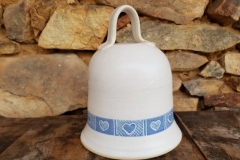 č.24 - zvon domovní , modrobílý, šrafovaná srdíčka, výška cca 20 cm,  280,-Kč